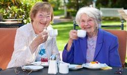 Vitale oudere vraagt voedingsmiddel op maat
