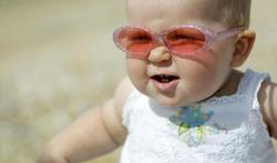Oogfonds adviseert zonnebril voor baby