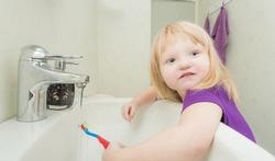 Hoe leert u peuters tanden poetsen?