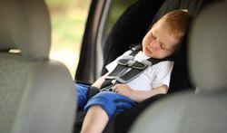 Hoe bevestigt u het kinderzitje in de wagen correct?