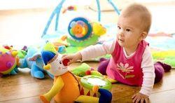 Wat is de beste manier om babyspeelgoed schoon te maken?