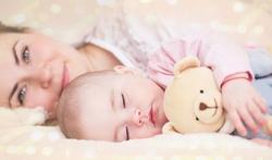 Waarom wordt samen slapen met een baby afgeraden?