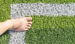 Sporten op kunstgras en spelen op rubbertegels is veilig