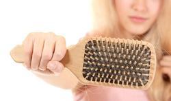 Haarverlies bij vrouwen: wat zijn de redenen en wat doe je eraan?