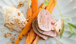 Varkenshaasje uit de oven met duo van bloemkool en worteltjes