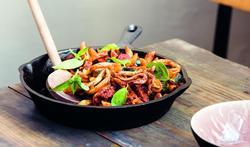 Penne met chorizo, calamares en pittige tomatentapenade