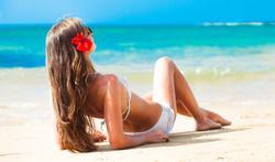 Cheveux secs en vacances : les solutions