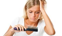 Perte de cheveux après la grossesse : pourquoi et que faire ?