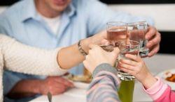 Boire en mangeant : une mauvaise idée ?