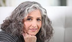 Mesdames, pourquoi cacher les cheveux gris ?