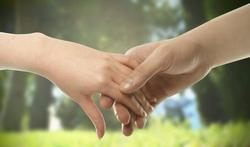 Se tenir la main : un réel effet antidouleur
