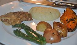 Les aiguillettes de dinde, sauce moutarde et légumes variés
