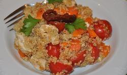 La salade de quinoa au poulet et aux légumes rouges