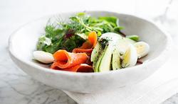 Salade de saumon sauvage fumé, avocat et œufs de caille