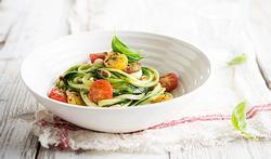 Spaghetti de courgette au pesto et petites tomates au four