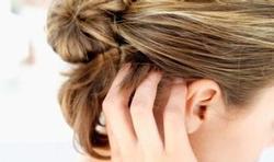 Cheveux colorés : comment camoufler une racine ?