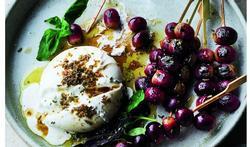 Burrata met geroosterde druiven en basilicum
