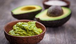 Hoe verwijdert u de pit van een avocado op een veilige manier?