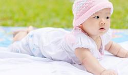 Hoe train je je baby op buikligging?