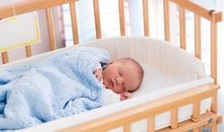 Waarom u uw baby het eerste jaar het best bij u op de slaapkamer laat slapen