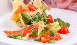 Carpaccio van tomaat met garnalen, zalm en chips van aubergine en butternut