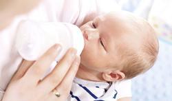 Moet je een pasgeboren baby wakker maken voor voeding?