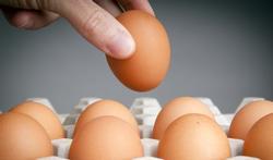 Hoe breng je een ei snel op kamertemperatuur?