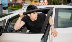 Hoe vermijd je statische elektriciteit als je uit de auto stapt?