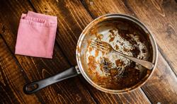 Hoe krijg je een aangekoekte pan schoon?