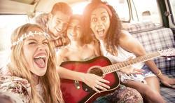 123-jonge-mensen-happy-reizen-zingen--07-18.jpg