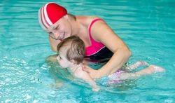 Watergewenning en babyzwemmen: pas vanaf 1 jaar