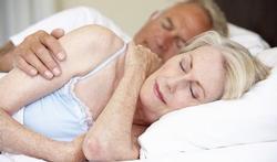 Helpt slapen op je zij tegen Alzheimer?