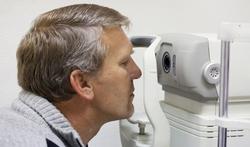 Oogartsen testen het best op oogziektes met weinig licht