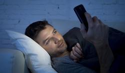 123-man-slapen-mobile-blauw-licht-09-18.jpg