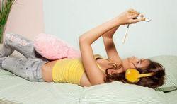 Oververmoeidheid dreigt door chatten en smsen in slaapkamer