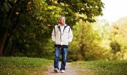 123-oudere-man-wandelen-12-16.jpg