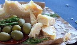 Veldsla met oude kaas en lauwwarme olijven