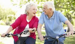 123-senior-koppel-fietsen-lach-gezond-02-19.jpg