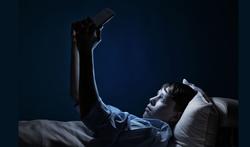 Jongeren hebben meer slaapklachten bij schermgebruik voor het slapen