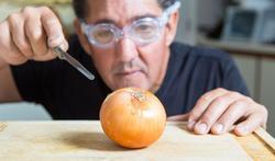 Waarom wenen we bij het snijden van ui en wat kunt u eraan doen?