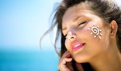 Volstaat een dagcrème met zonnefilter (SPF) als bescherming tegen de zon?