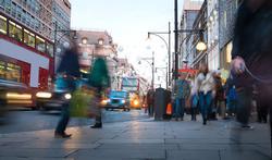 Wandelen door drukke straat is niet gezond