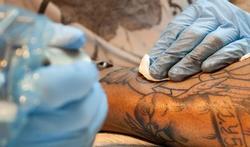 Waarop letten als u een tatoeage of permanente make-up laat aanbrengen?