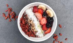 Superfood ontbijtbowl met bessen en bananen