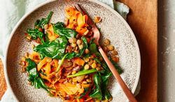 Lauwwarme spinazie-wortelsalade met linzen