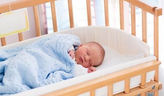Waarom u uw baby het eerste jaar het best bij u op de slaapkamer ...