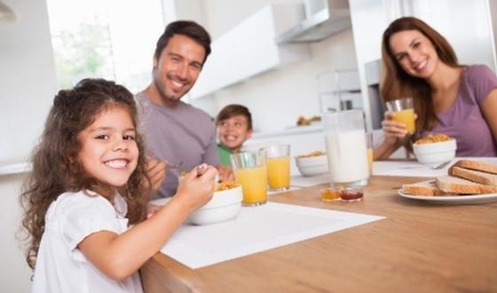 Eten met het gezin zorgt voor gezonder eetpatroon | gezondheid.be