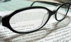 Hebben vrouwen sneller een leesbril nodig omdat ze kortere armen hebben?
