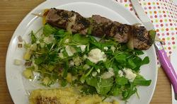 Gegrilde rundsbrochette met raapjespuree en een slaatje van water- en tuinkers