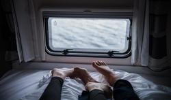 Waarom slaap je beter als je partner er is?